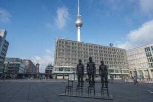 Sculture di Edward Snowden, Julian Assange e Bradley Manning in Berlin's Alexanderplatz