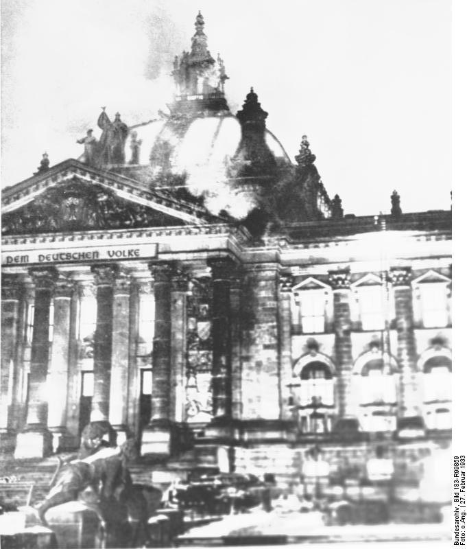 incendio del Reichstag ADN-Zentralbild/Archiv/27.2.1933 Berlin: Das brennende Reichstagsgebäude Am 27. Februar 1933 wurde das Reichstagsgebäude durch einen von den Nationalsozialisten inszenierten Brand zerstört. Der Hitlerregierung diente er als Vorwand für einen Terrorfeldzug vor allem gegen Kommunisten und andere Antifaschisten. In diesem Zusammenhang wurde der bulgarische Kommunist Georgi Dimitroff festgenommen und im Reichstagsbrandprozess als Unschuldiger angeklagt. Aufnahme 1933