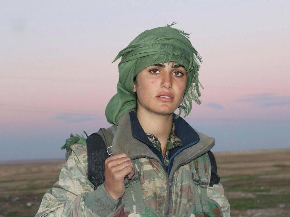 Viyan Qamislo delle squadre di difesa Kurde. uccisa in battaglia contro i terroristi dell'isis alcuni giorni fa