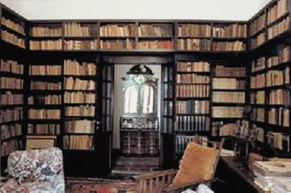 """La biblioteca di Nello Rosselli, nella sua Casa detta L'apparita a firenze. qui ho passato alcune notti straordinarie a toccare aprire e leggere i libri su cui si era venuto costruendo il risorgimento e sui quali si era formato lo storico Nello Rosselli. uscendo dalla porta in fondo a destra, alla fine di un corridoio si accedeva alla stanza stanza di Maria Rosselli, madre di Aldo, viva fino al 1998, la cui porta, come quella di un mistero delfico era perennemente chiusa e da cui lei raramente chiamava la ragazza che viveva con lei aiutandola,, e che mi fece pensare quando la vidi la prima volta, a Nadezda Mandelstam, moglie di Osip Mandel'stam, il grande poeta russo morto nel gulag staliniano di Voronez. di cui il poeta Brodski scrisse """"""""Degli ottantuno anni della sua esistenza, Nadezda Mandel'stam ne ha vissuti diciannove come moglie e quarantadue come vedova del più grande poeta russo di questo secolo, Osip Mandel'stam. Il resto fu infanzia e adolescenza"""". mi fece pensare alla Nadezda che avevo conosciuto e visto per la prima volta attraverso le parole di Brodskij che raccontando a sua volta il suo incontro con quell'altra vedova di un assassinio politico, la descrisse, nel suo ultimo incontro a mosca nel 1972 (...) l'ombra profonda proiettata sul muro della grande dispensa. l'ombra era così profonda che le sole cose che si potessero distinguere era la tenue scintilla della sigaretta e quei due occhi penetranti. il resto - lo sparuto corpo rattrappito sotto lo scialle, le mani, l'ovale della faccia cinerea, i capelli grigi anch'essi cinerei - tutto il resto era inghiottito dal buio. Nadezda Mandel stam sembrava un avanzo di un grande incendio. sembrava una minuscola brace che brucia se la tocchi (..) -da introduzione a L'epoca e i Lupi di Iosif Brodskij. Maria Rosselli era minuta anch'essa e anche in una oscura penombra in attesa evidente della morte per ricongiungersi con il suo uomo strappatole dal fascismo come a Nadezda lo aveva strappato lo Stalinismo sentiv"""