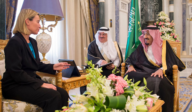 """durante l'incontro con i sauditi molto divertiti da qualcosa forse hanno appena raccontato il proverbio saudita come se fosse una barzelletta che recita """"una ragazza non possiede altro che il suo velo e la sua tomba""""...."""