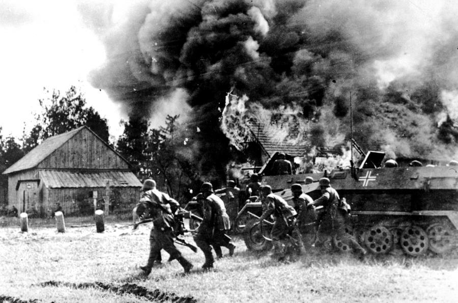 Soldati tedeschi Nazisti bruciano villaggi russi durante l'avanzata nell'operazione barbarossa