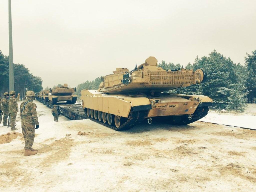 mezzi corazzati NATO arrivano in Estonia e Lituania