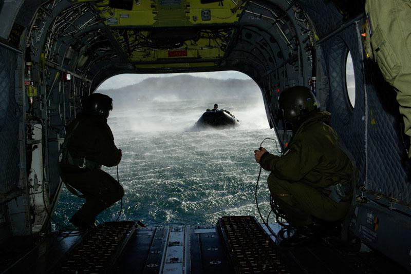Un Elicottero CH 47 librato sul mare con il portellone parzialmente immerso per il recupero di un gommone in arrivo. manovra rischiosissima per il rischio di arresto del rotore posteriore e perdita di inerzia e rischio conseguente di ribaltamento in acqua