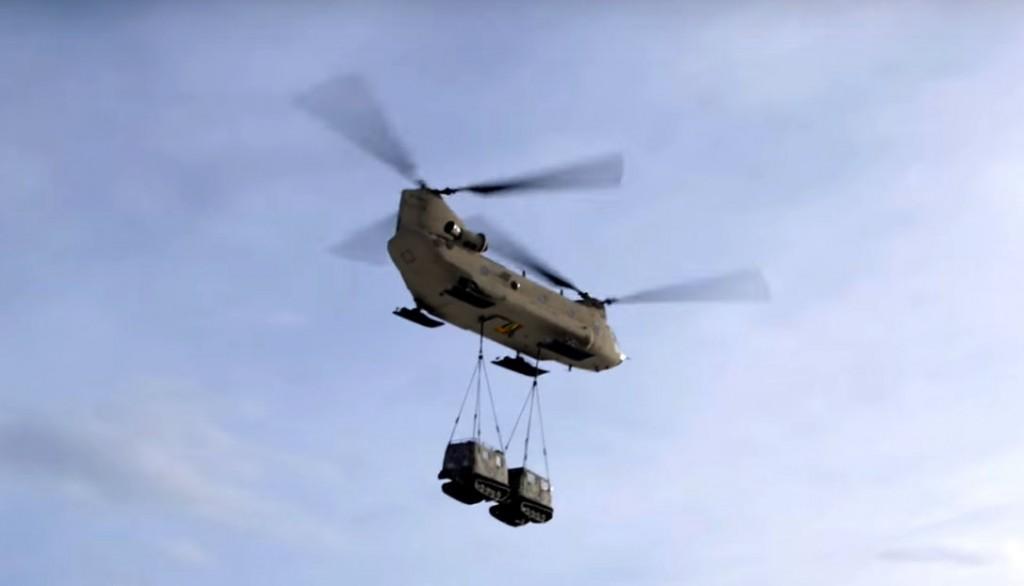 CH 47 trasporta un Bruco cingolato da 8 posti