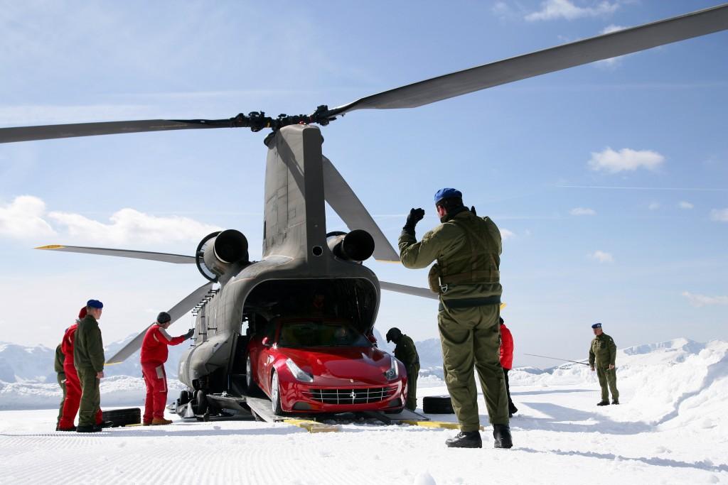 Elicottero CH 47 dell'Esercito Italiano scarica una Ferrari per un test sulla neve a Plan de Corones , (alpi 2.800 metri di quota) foto Comando Truppe Alpine