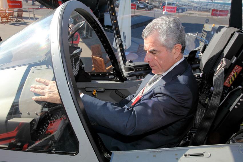 L'AD di Finmeccanica nella cabina di pilotaggio di un aereo militare