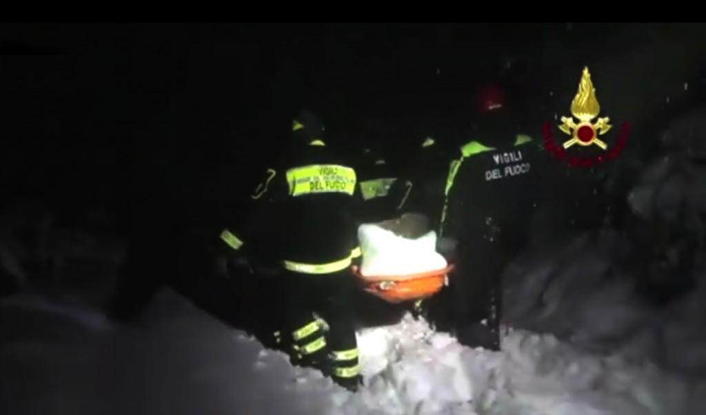 pmpieri nella notte portano in salvo un sopravvissuto della valanga