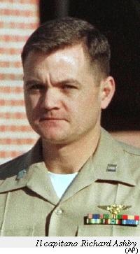 Il Capitano Richard Hasby, pilota del Prowler che tranciò i cavi della funivia. Assolto dalla giustizia militare