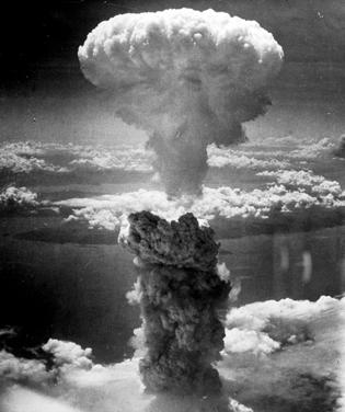 il Fungo Atomico che Domani si alzerà dall'olocausto di Nagasaki