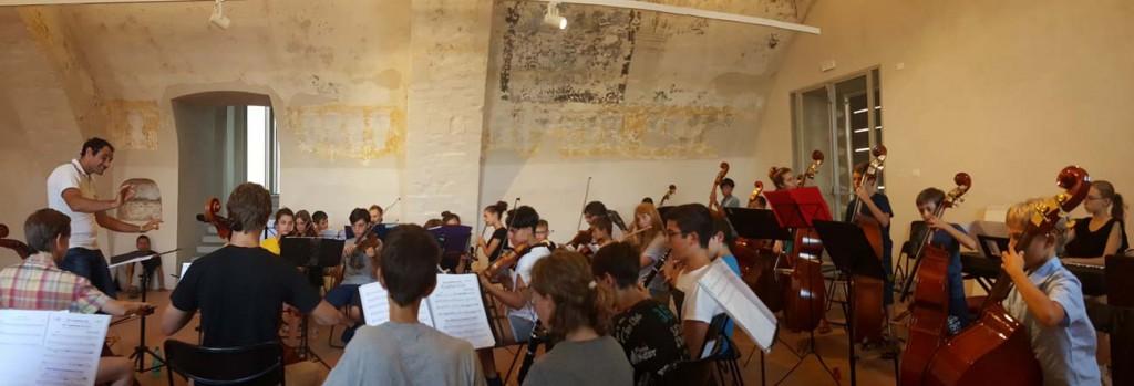 Orchestra dei bambini seguita dal Maestro