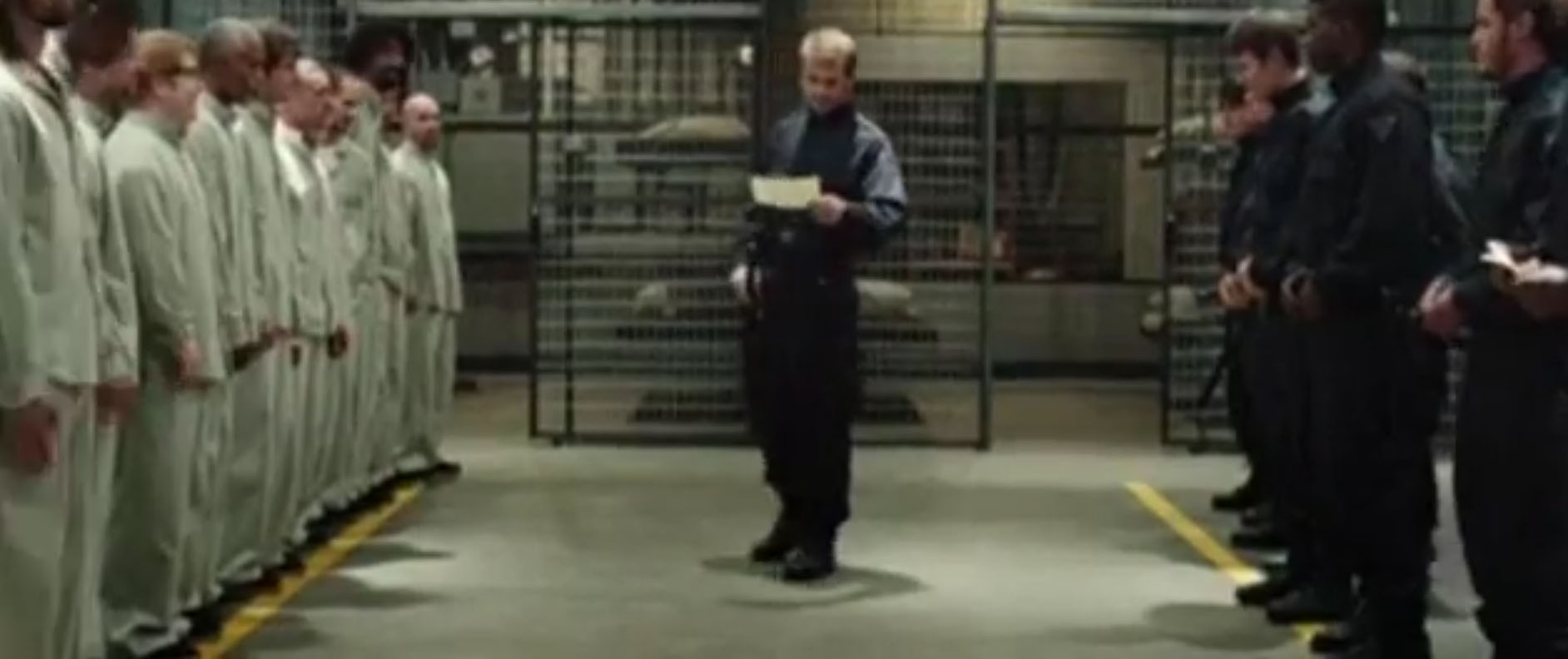 Una 'guardia' legge il regolamento ai 'carcerati'