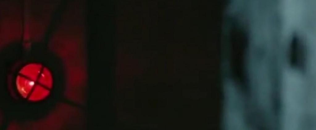 [Frame dal film] La sirena che, quando suona, decreta la fine dell'esperimento