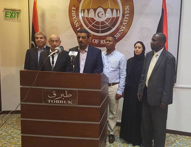 La conferenza stampa di ieri del portavoce dell'House of Representatives (parlamento legittimo eletto che esprime il governo di Tobruk), Faraj Buhasahim. Presente anche il presidente dell'organo sovrano libico legittimo, Ageela Salah Gwaider (secondo da sinistra. Foto HoR)