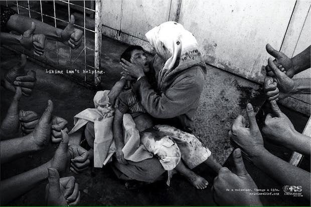 Una fotografia metaforica particolarmente eloquente che mostra l'inutilità di un like dinanzi al dolore ed al bisogno