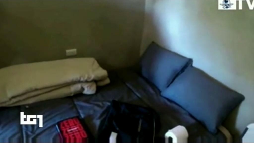 la stanza ordinata senza colpi di mitra e la copia di Zero Zero Zero sul letto