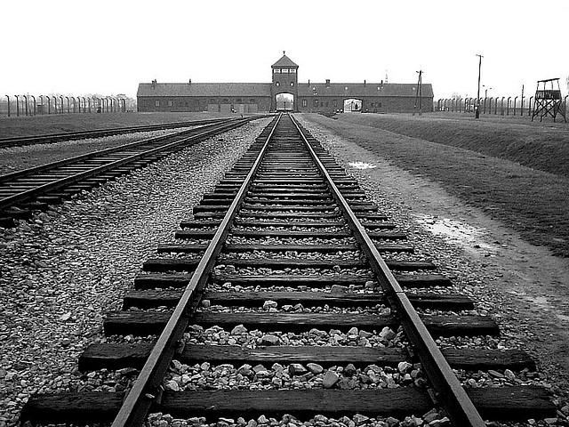 Auschwitz. Il binario dove termina il viaggio a cui conduce il razzismo.