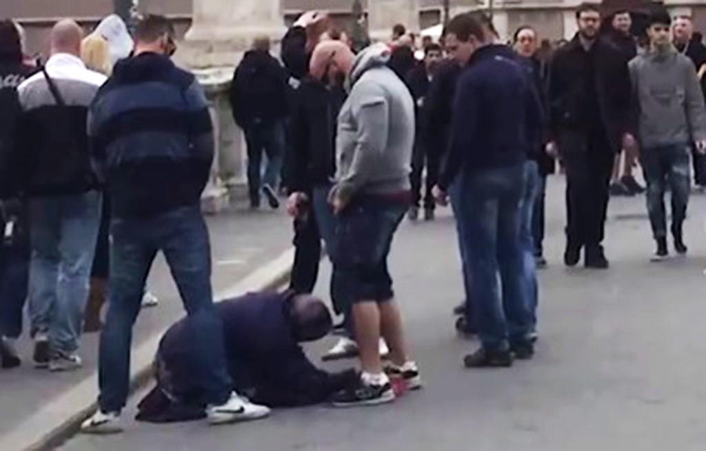 urina omicida sulle mendicanti di Roma _ tifosi-sparta-urinano-su-mendicante-roma.jpg
