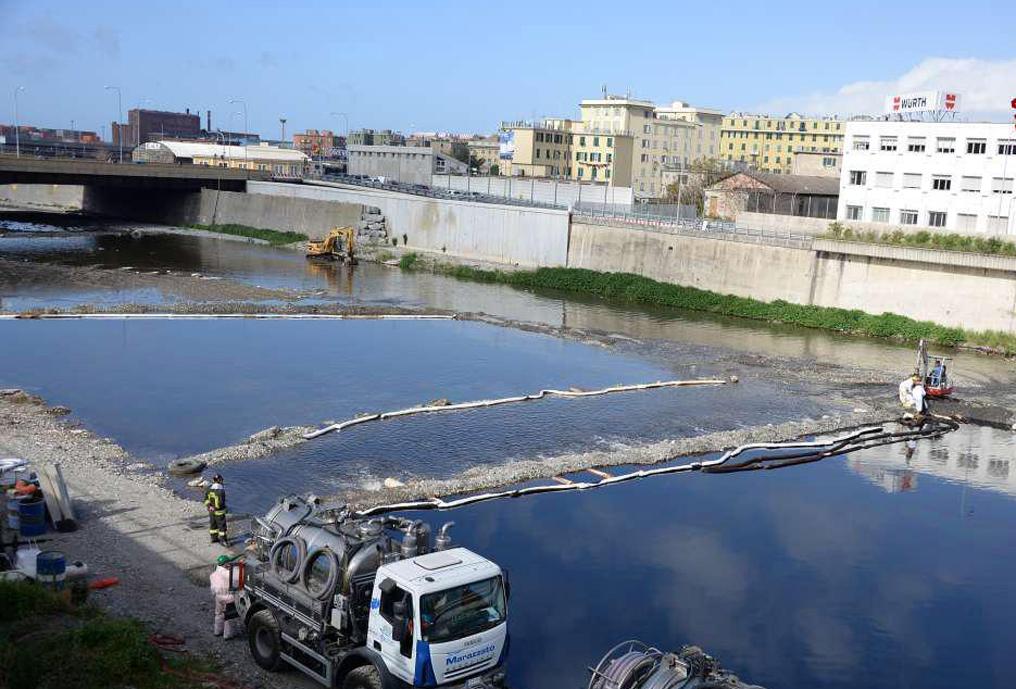 oleodotto Genova Continuano le operazioni lungo il torrente Polcevera all'altezza della foce per il contenimento della chiazza di greggio, in una foto diffusa il 18 aprile 2016. ANSA/ UFFICIO STAMPA ++HO - NO SALES EDITORIAL USE ONLY++