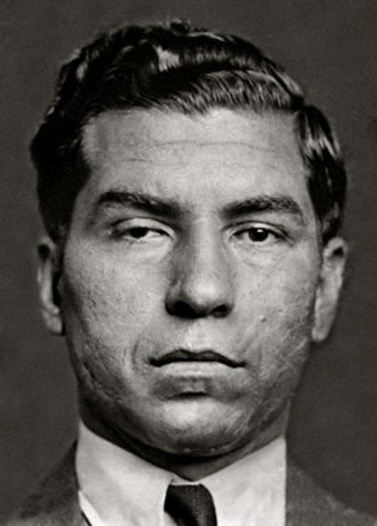 lucky Luciano considerato l'architetto del crimine organizzato moderno e il beato coistruttore del narcotraffico, liberato in Italia dagli USA