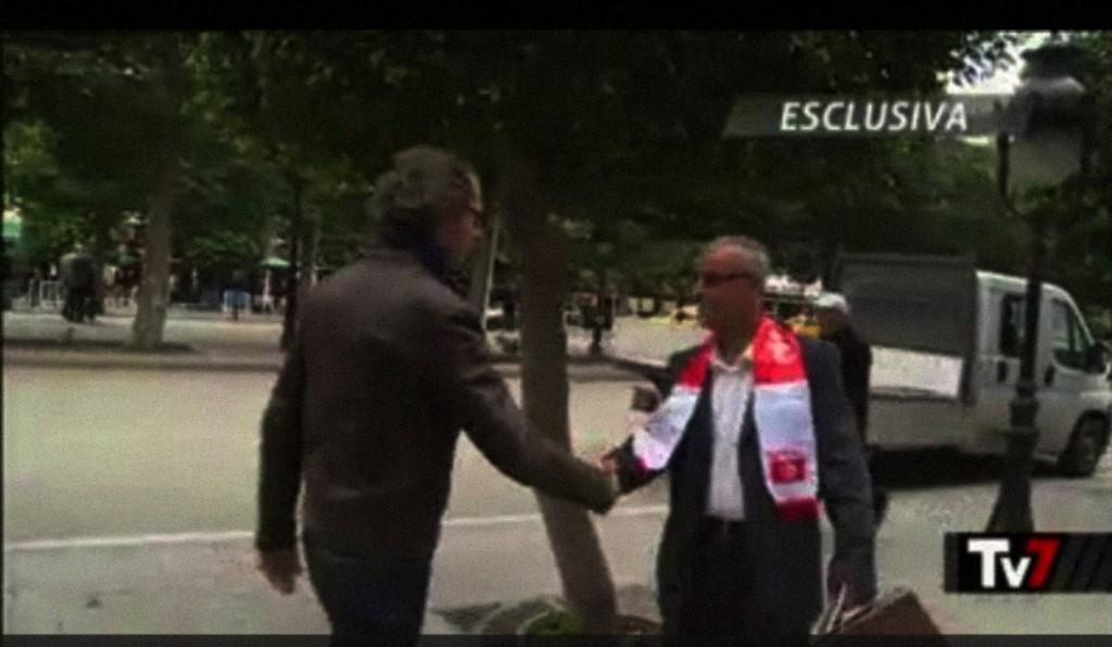 ecco il prode giornalista di TV7 che stringe calorsamente la mano al terrorista di al quaeda che il governo tunisino ha graziato