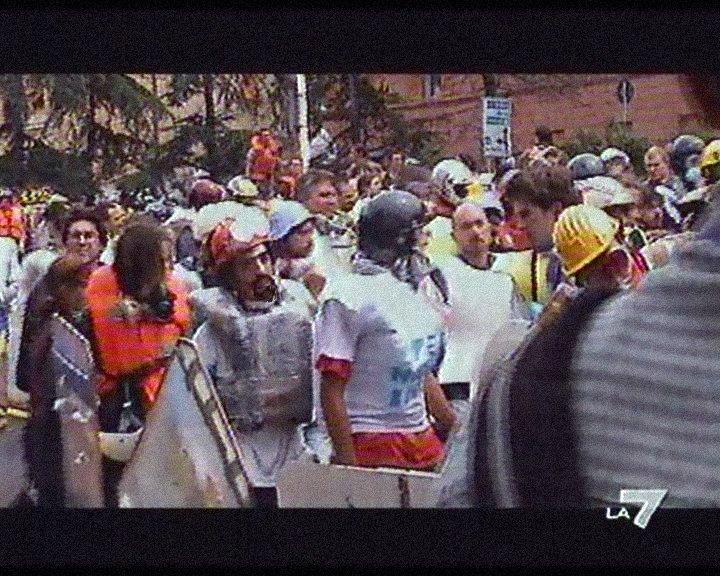 foto in un servizio di La7 in cui mi vedo scendere in corteo il 20 luglio 2001 con i Disobbedienti