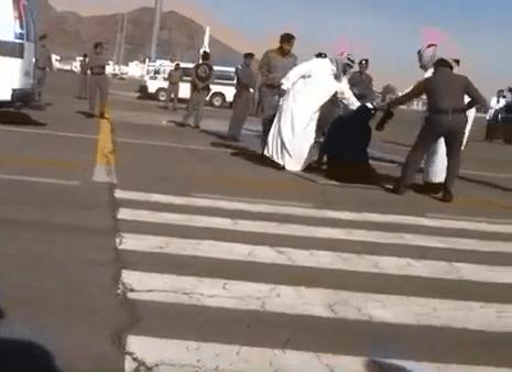 screen shoot del video ora rimosso da yoiu tube della decapitazione in strada di Layla bint Abdul Mutaleb Bassim in Arabia SauditaDal 1985 al 2013 sono state eseguite oltre 2000 condanne a morte, la maggior parte con pubblica decapitazione in luogo pubblico