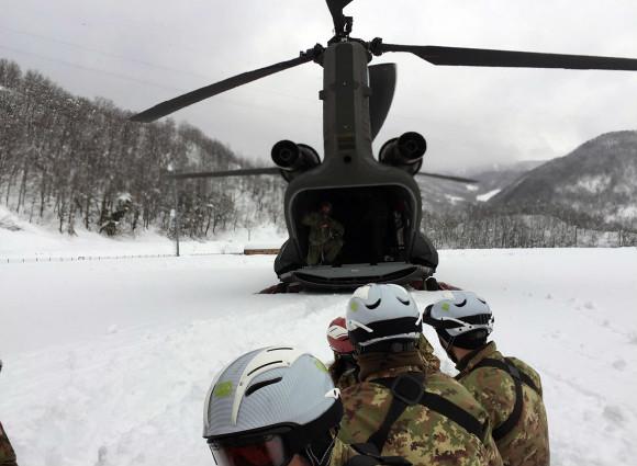 5 / 37 4° Reggimento Alpini Paracadutisti in azione con un CH-47 di supporto