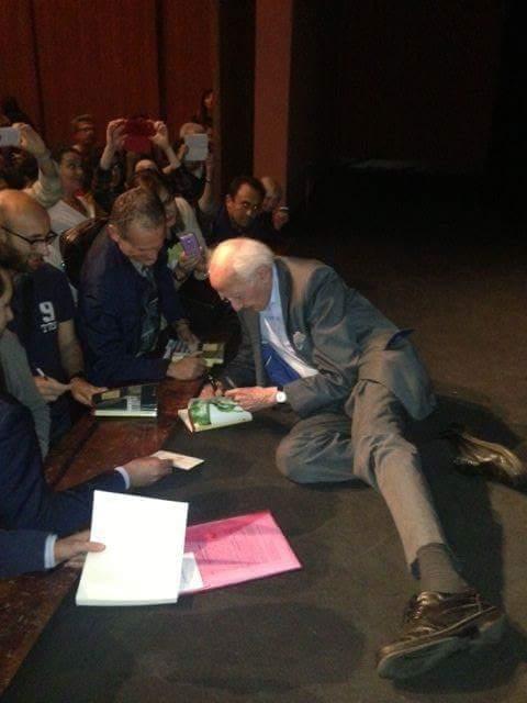 bauman firma copie di un libro in una posizione molto alternativa