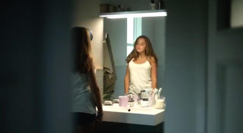 adolescente con le protesi di seno nello spot di Ikea