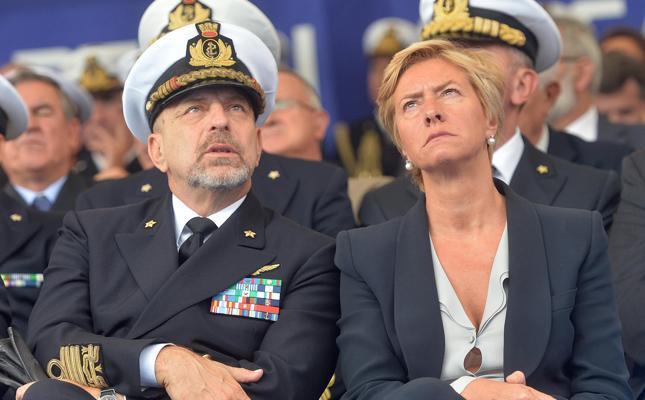il ministro della Difesa ( da cosa?) e l'ex Capo di Stato Maggiore della Marina Ammiraglio De Giorgi